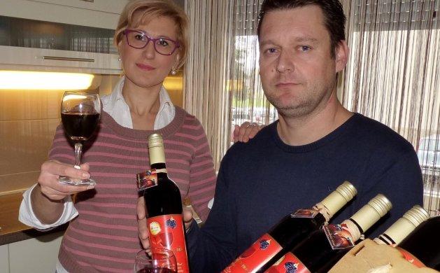 Obitelj Posedi sa svojim kupinovim vinom