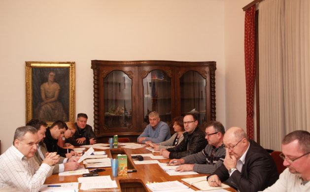 Odluku o namjeni korištenja stare škole Vijeće je prihvatilo jednoglasno, a o kupnji zemljišta većinom glasova