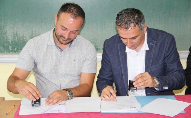 Ugovor su potpisali Igor Starčević, prestavnik izvođača radova i ravnatelj Vladimir Novak