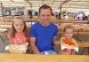 Porcijunkulovo je nezaobilazno bez langoša – na fotografiji Goran Novak iz Donjeg Pustakovca sa svojim kćerima Anom i Viktorijom