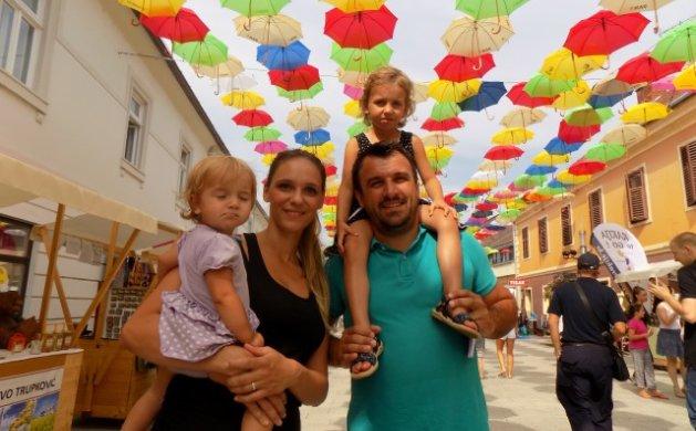 Marina i Leo Sanjković iz Murskog Središća nisu propustili priliku za fotografiranje pod kišobranima sa svojim kćerima Anom i Marijom